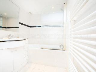 Bright and tranquil one bedroom kensington apartment, with private garden access! - London vacation rentals