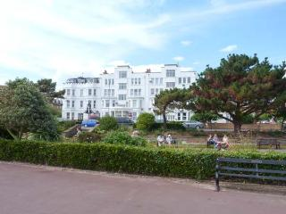 3 WORCESTER COURT, ground floor apartment, four poster, en-suite, beach 1 min walk, in Clacton-on-Sea, Ref 915880 - Essex vacation rentals