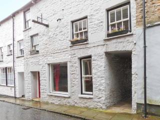 THE OLD CHAIR WORKSHOP, character terraced cottage, woodburner, en-suite, shop and pub within walking distance, in Sedbergh, Ref - Sedbergh vacation rentals