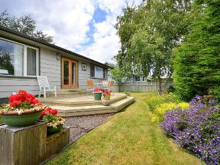 Cozy Sidney 2 Bedroom On Level Cottage Close to Beaches and Town Centre - Vancouver Island vacation rentals