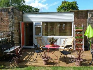 WOODLAND RETREAT, family-friendly cottage, swimming pool, tennis, play areas, close to beach, near Cowes, Ref 915611 - Isle of Wight vacation rentals
