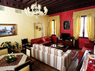 Residence Palazzo Odoni - Tiziano suite/apartment - with view on the canal - Venice vacation rentals
