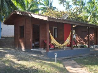 In Barra do Jacuipe, Bahia, cozy wooden house with garden and pool close to the beach - State of Bahia vacation rentals