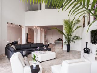 Beautiful Townhouse with Rooftop Jacuzzi in Miami Beach - Miami vacation rentals
