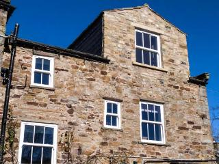 ALMA HOUSE, stone-built townhouse, woodburner, WiFi, in Reeth, Ref 15569 - Swaledale vacation rentals