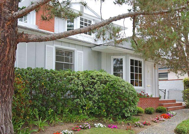 3440 Yosemite Exterior - Lovely Crown Point home- deck, big back yard, near beach and amenities - Pacific Beach - rentals