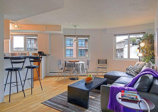 Great Room - Eclectic downtown flat with fun décor and lively restaurants at it's door! - Seattle - rentals