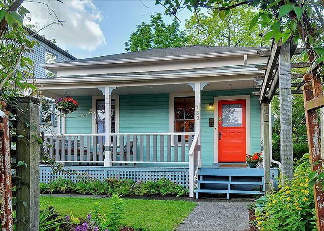 Front Exterior - Magical little cottage in idyllic urban Phinney Ridge neighborhood! - Seattle - rentals