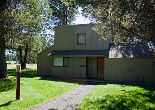 Meadow House Condo # 30 - Upscale Sunriver Condo with A/C with Inviting Views Near the Village - Sunriver - rentals
