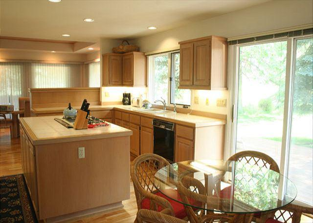 Kitchen - Labor Day Sunriver Home with Lawn and Large Deck On the Golf Course - Sunriver - rentals