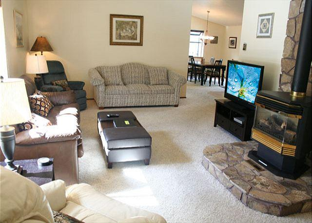 Delightful Sunriver Home with Flat Screen TV and Hot Tub Near North Store - Image 1 - Sunriver - rentals