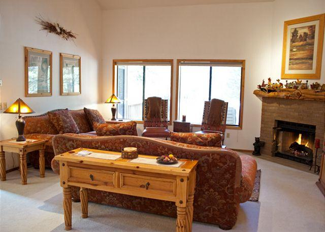 Living Room - Popular Sunriver Home with Bonus Room and Pet Friendly Near North Store - Sunriver - rentals