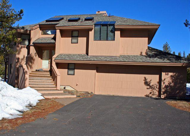 16 Hickory Front View of Home - Mt Bachelor Specials Sunriver Home with Wifi and Hot Tub Near North Store - Sunriver - rentals