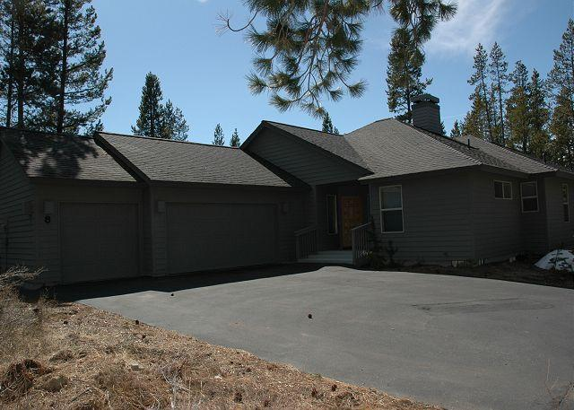 Front view of home - Comfortable Sunriver Home with Hot Tub and Pet Friendly Near North Entrance - Sunriver - rentals