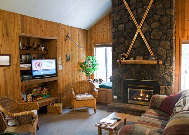 Living Room - Pac Crest Sunriver Home in Wooded Surrounding and Pet Friendly Near Park - Sunriver - rentals