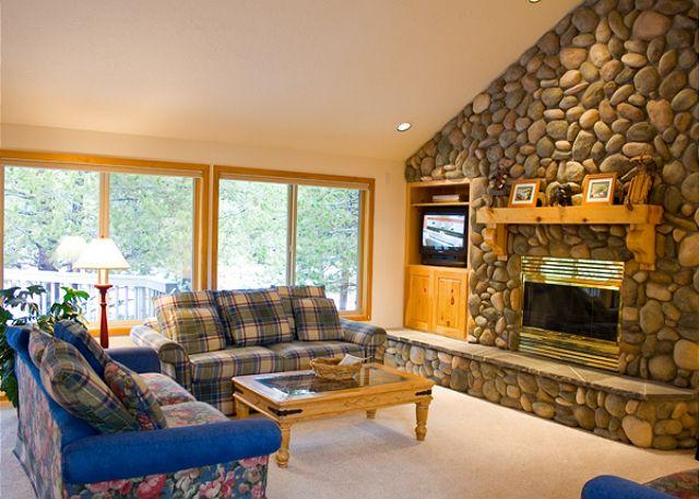 Living Area - Contemporary Sunriver Home with A/C and Hot Tub Near North Entrance - Sunriver - rentals