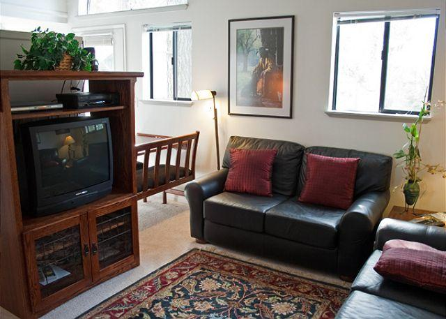 Living Area - Affordable Sunriver Condo with Cable and Wifi in the Business Park - Sunriver - rentals
