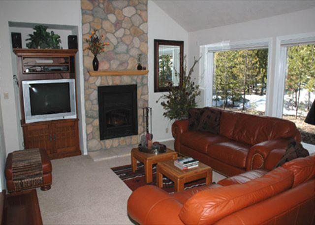Living Room - Delightful Sunriver Home with A/C and SHARC passes Near Deschutes River - Sunriver - rentals