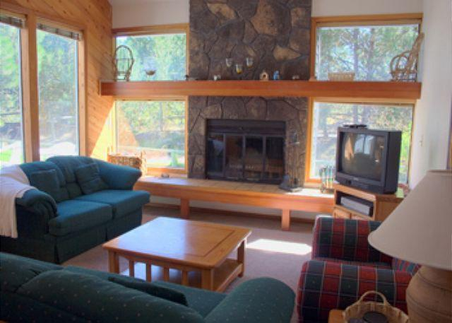 Living Room - Down to Earth Sunriver Condo with Wood Fireplace and Cable Near Shopping - Sunriver - rentals