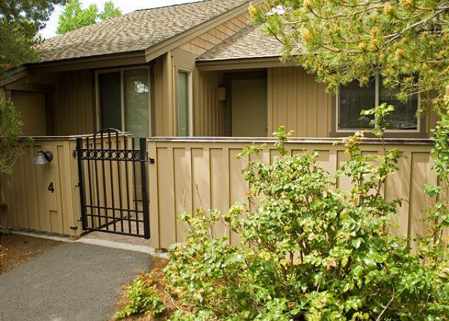 Front entry - Down to Earth Sunriver Condo with Wood Fireplace and Wifi Near Nature Center - Sunriver - rentals