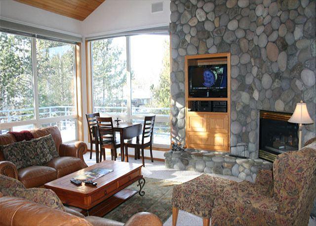 Livingroom - Upscale Sunriver Home Inviting Views and 2 Master Suites Near Deschutes River - Sunriver - rentals