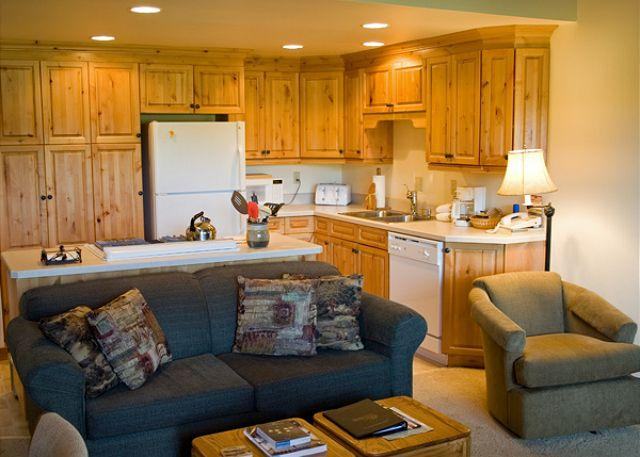 Living Room - Popular Sunriver Condo with Wifi and Inviting Views On the Golf Course - Sunriver - rentals