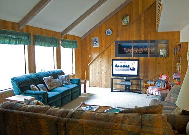 Living Room - Affordable Sunriver Home with Natural Landscaping and Hot Tub Near Shopping - Sunriver - rentals