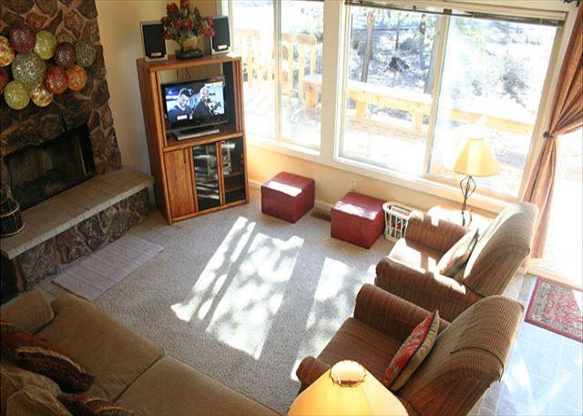 Living Room - Affordable Sunriver Home with Wood Fireplace and Hot Tub Near Bike Paths - Sunriver - rentals