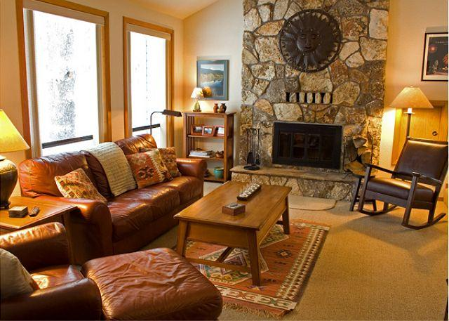 Main Living Room - Relaxing Sunriver Home with Hot Tub and Large Deck Near North Entrance - Sunriver - rentals