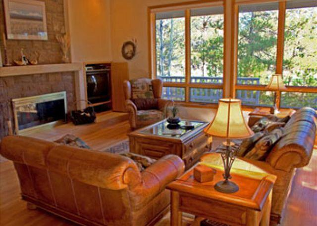 Living Room - Upscale Sunriver Home with Ping Pong Table and Large Deck On Golf Course - Sunriver - rentals