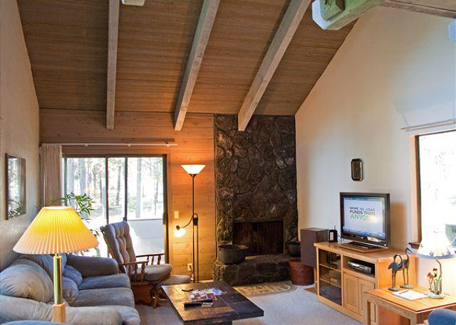 Living Room - Relaxing, Pet-Friendly Sunriver Condo with Air conditioning Near the Village - Sunriver - rentals