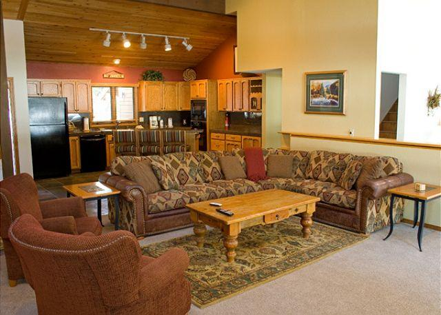 Living area - Convention  Sunriver Home Inviting Views and SHARC passes On the Golf Course - Sunriver - rentals