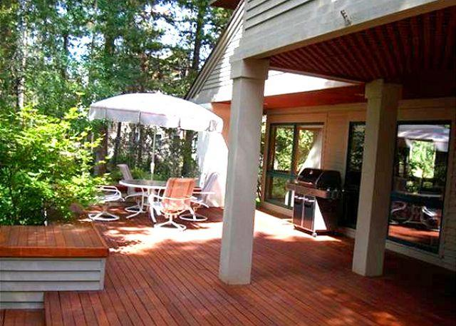 deck - Upscale Sunriver Home with 3 Master Suites and Pool Table On Golf Course - Sunriver - rentals