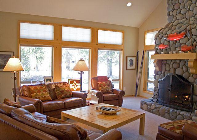 Living Area - Lodge Style Sunriver Home/on Golf Course and Free SHARC Access - Sunriver - rentals