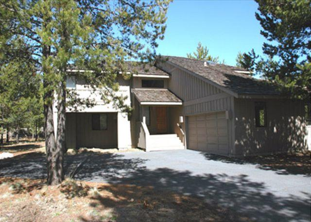 Front Entrance of home - Pet friendly Sunriver home with AC and Bikes Near SHARC - Sunriver - rentals