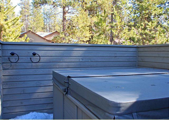 Hot Tub - Relaxing Sunriver Home with Large Deck and Lawn Near Deschutes River - Sunriver - rentals