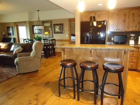 Comfortable seating for 4-6 in this spacious 1 bedroom townhome - Lodge 305A One Bedroom, Two Bath Condo. Sleeps 4. WIFI. - Tamarack Resort - rentals