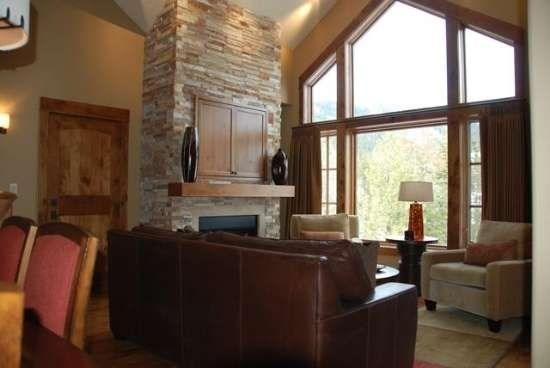 Living room has cathedral ceilings and great views of the mountains - Lodge 414 - Two-Bedroom, Two Bath, Two-Story Condominium. Sleeps 6. WIFI. - Tamarack Resort - rentals