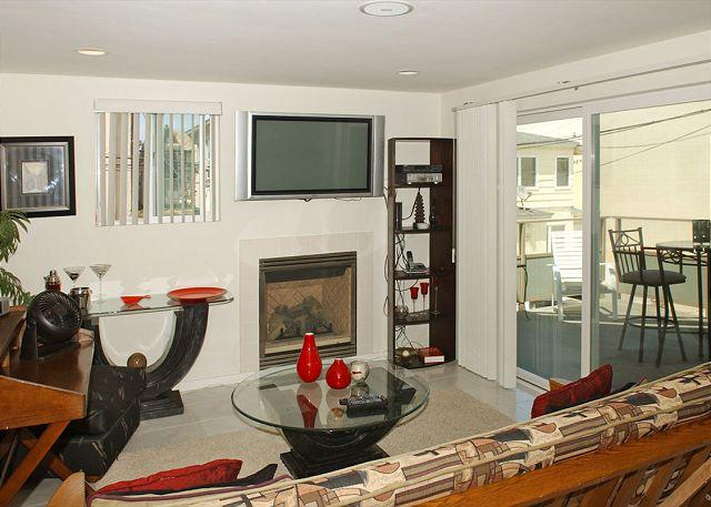 812 Ensenada Living Room - Newer one bedroom near beach and bay complete with patio and garage. - Pacific Beach - rentals