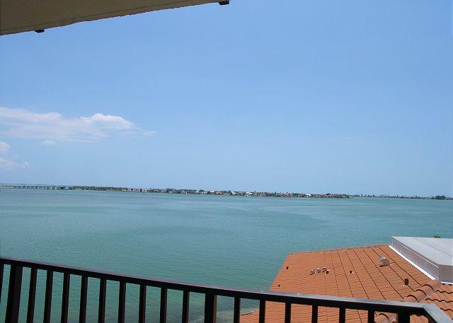 Isla Del Sol BP-401 - Beautiful Bay View, flatscreen TV & leather furniture - Image 1 - Saint Petersburg - rentals