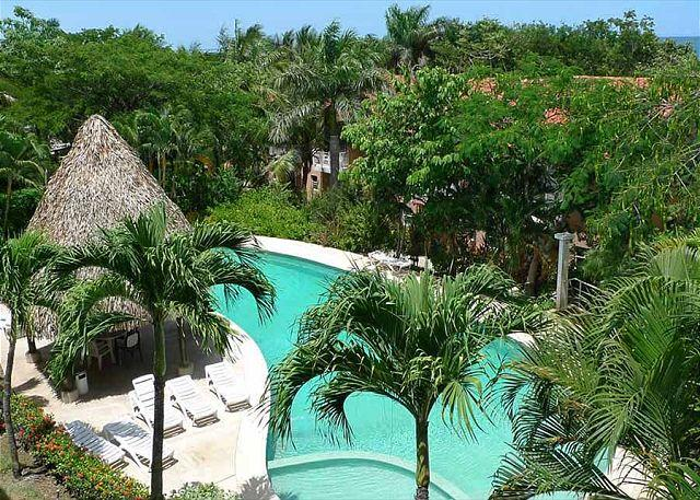 Pool and lounge area - Nicely appointed condo- balcony with partial ocean view, a/c, kitchen, cable - Tamarindo - rentals