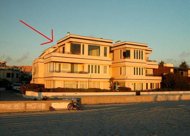 Oceanfront!! Fabulous corner top unit with amazing view windows. Small builidng with 6 units. 2 car tandem garage and VIEWS!!! - South Mission Oceanfront - Pacific Beach - rentals