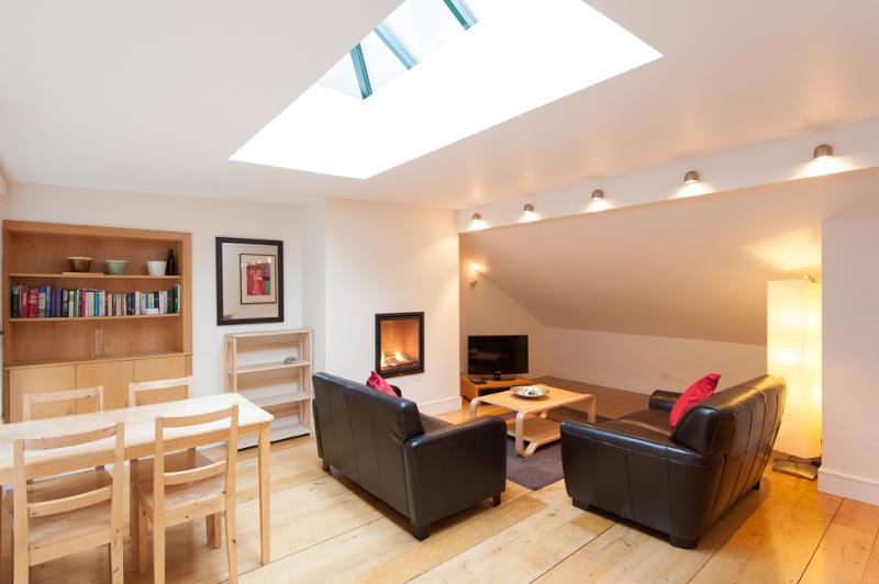 lounge area - Thistle St Lane, 250 metres to Princes St, with parking - Edinburgh - rentals