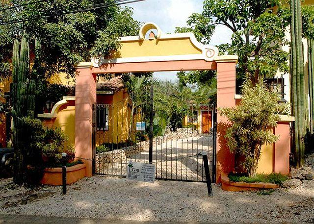 Entrance - Charming condo- quiet neighborhood, 10 min walk to town and beach, a/c, pool - Tamarindo - rentals