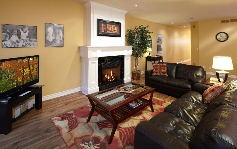 Cosy Living room with pull-out sofabed - Greaves Sweet Escape, Two Bedroom Loft Living NOTL - Niagara-on-the-Lake - rentals
