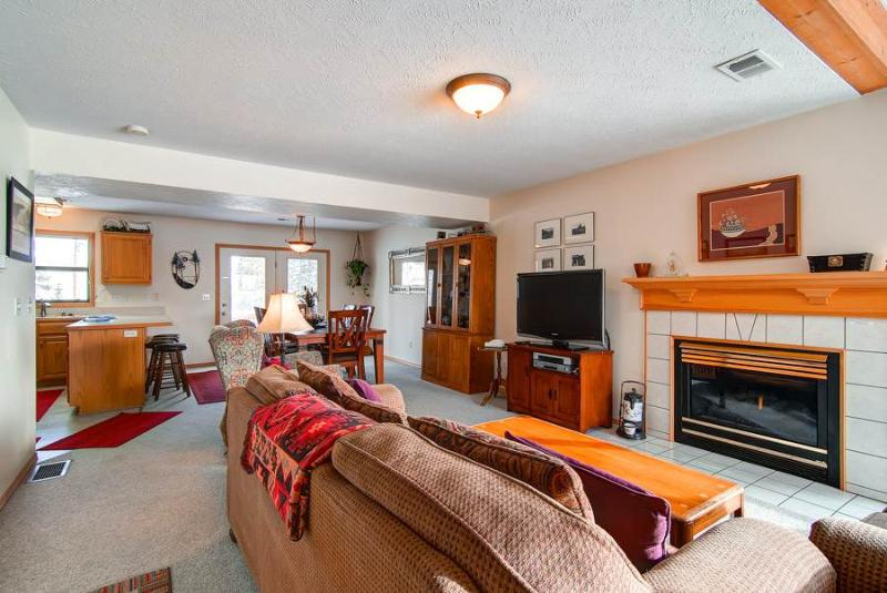 Spacious 4 BR/3 BA duplex, private hot tub, lg group/families, skiing, pet friendly, sleeps 11 - Image 1 - Silverthorne - rentals