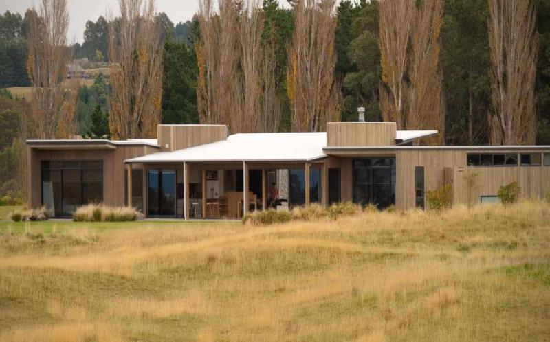 Award Winning home sits proudly alongside the Jack Nicklaus Kinloch Club. - Luxurious, peaceful 5* Taupo home - 4 bedrooms - Taupo - rentals