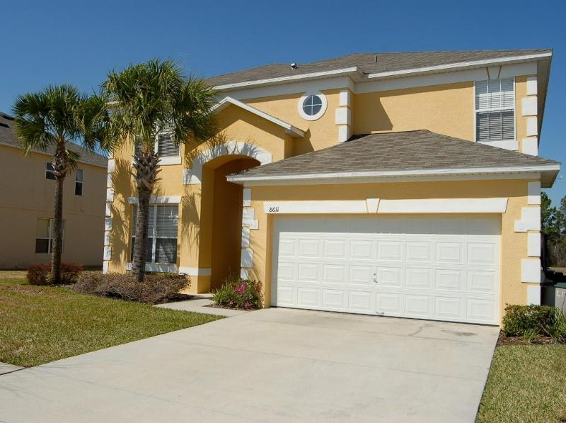 Front of house with parking for two cars - 6 bedroom villa, sleeps 12, pool, 3 miles Disney - Four Corners - rentals