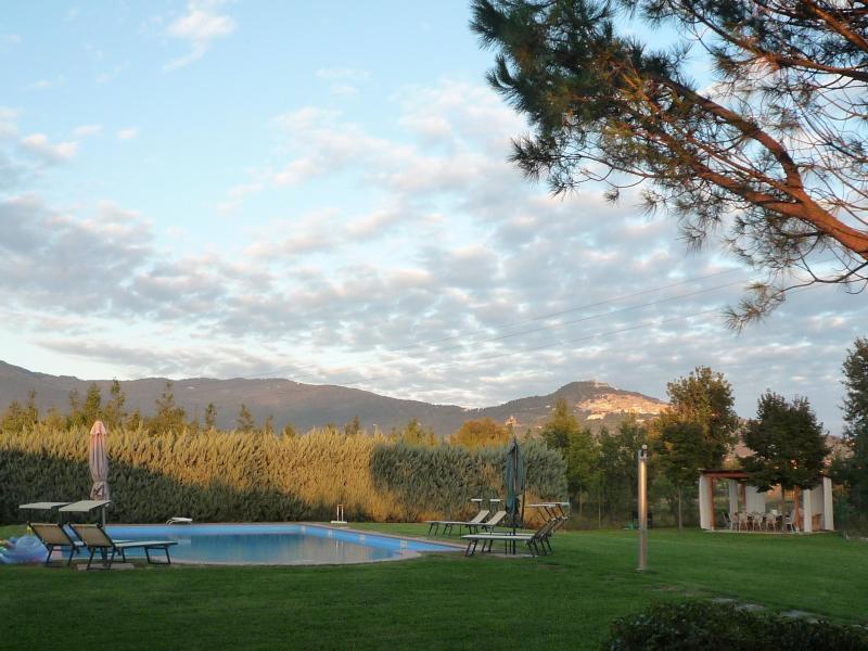 The yard with the pool, pergola and Cortona on the hillside in the distance. - Casa bel Posto, 3 bd 2 bath farmhouse w/large pool - Cortona - rentals