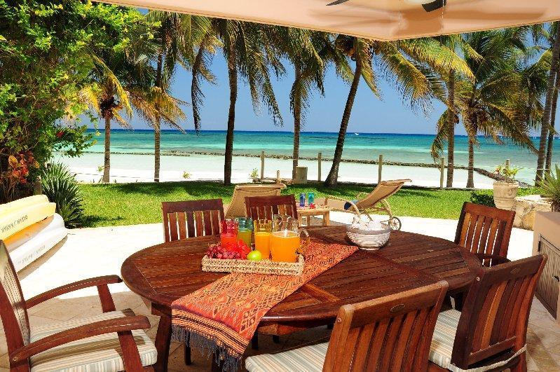 Private terrace - Beautiful 4 BR beachfront home in Puerto Aventuras - Puerto Aventuras - rentals